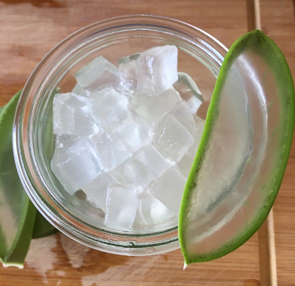 Aloe Vera Blattgel in Würfel geschnitten im Glas